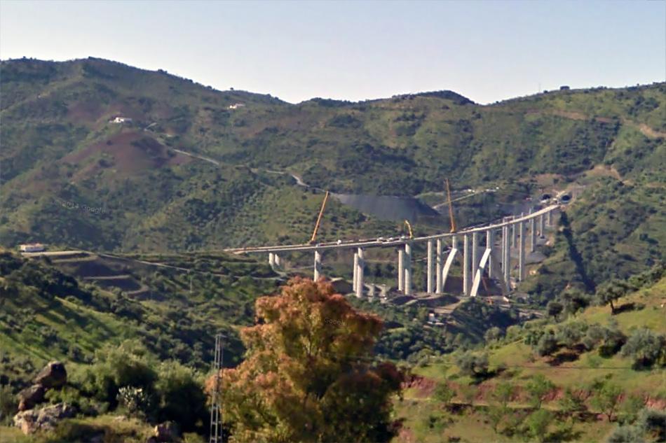 4. Строительство виадука де лос Мельисоси. Длина - 753 метра. Всего на автомагистрали 27 мостов и виадуков. Снимки Google StreeView сделаны примерно в 2009-2010 годах, еще во время строительства.