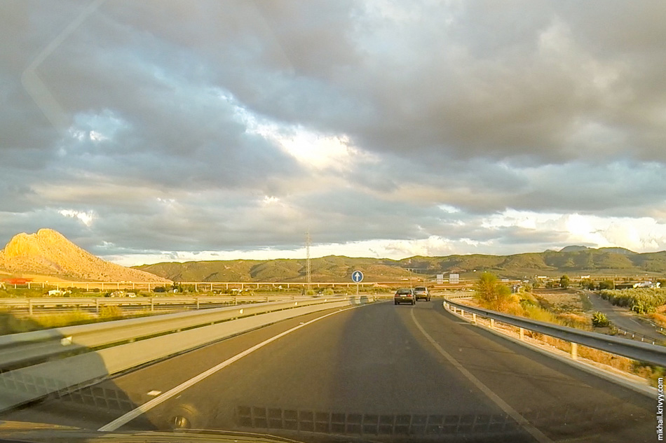 Соединение A-42 и A-45. Обыкновенная клеверная развязка. Большой виадук на горизонте, это строящаяся высокоскоростная железная дорога Севилья - Малага.
