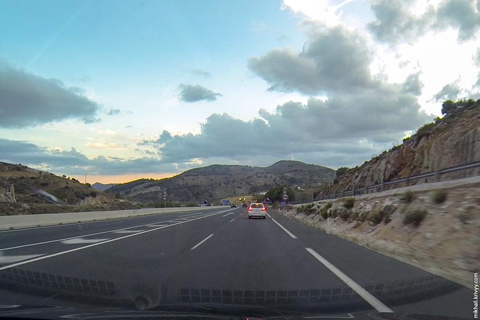 10. В какой-то момент к A-45 примыкает автомагистраль A-92M из Гранады. Количество автомобилей резко увеличивается.