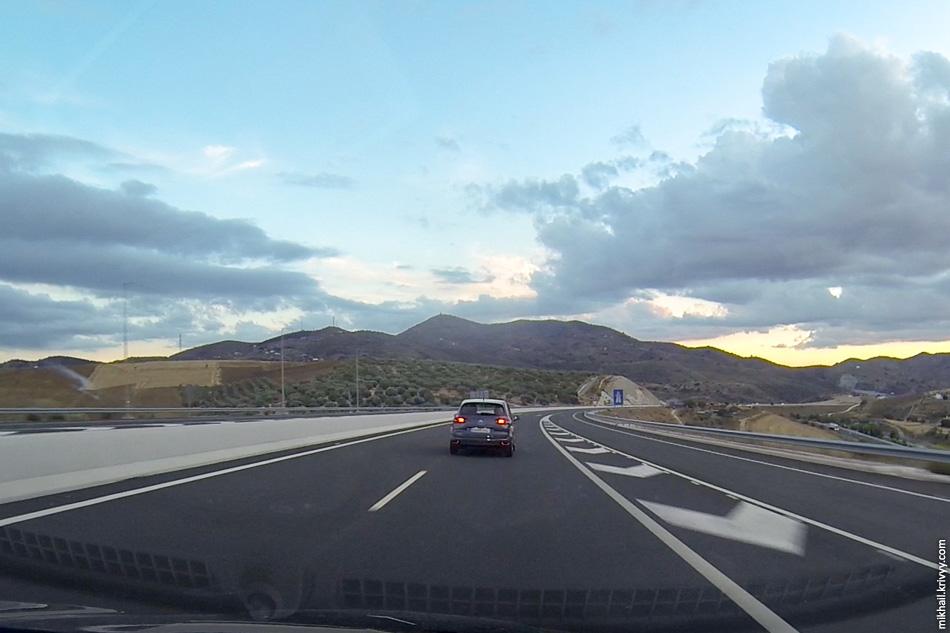 15. Впечатляет как напролом через горы проложена платная автомагистраль. Виадуки сменяются тоннелями и глубокими выемками. Справа внизу видна бесплатная автомагистраль.