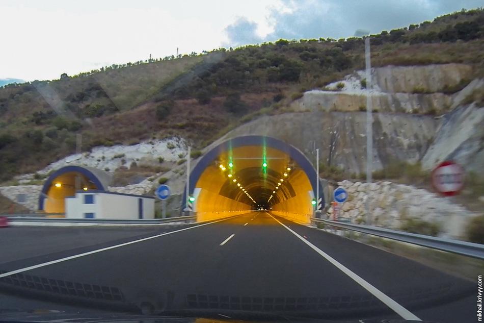 Тоннель чуть меньше 1.5 км.