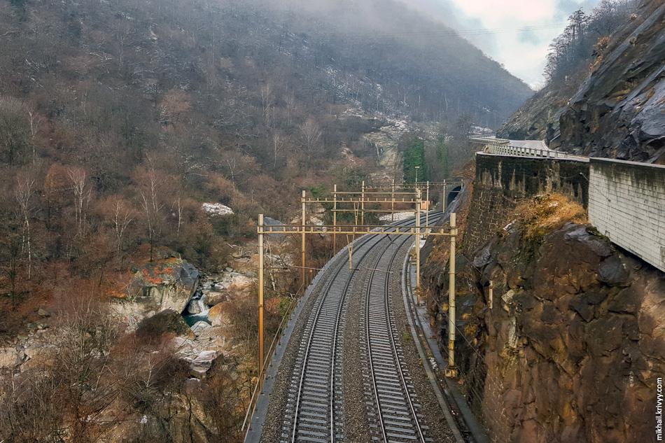 5. Петля Бьяскина. Участок между спиральным тоннелями. Справа старая автодорога, новая автомагистраль сильно выше и в тоннеле.