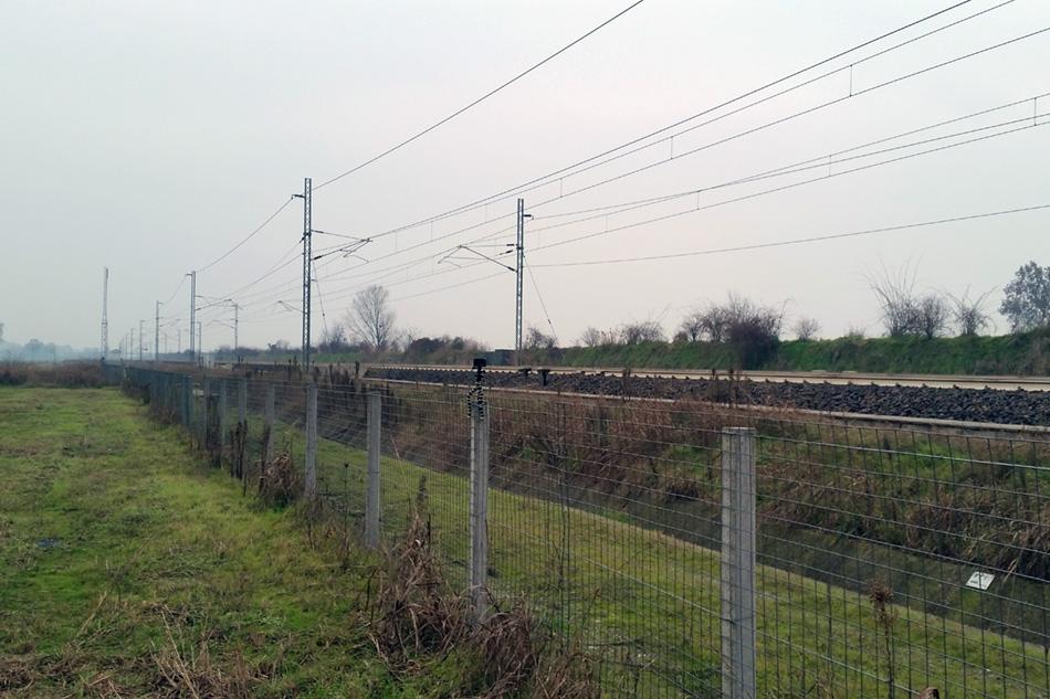 Забор у высокоскоростной железной дороги формальный. Невысокий и достаточно хлипкий. В Италии люди приучены не ходить по путям и без заборов. Серьезный штраф, плюс поезда ходящие со скоростями 160 - 180 - 200 км/ч давно приучили итальянцев.