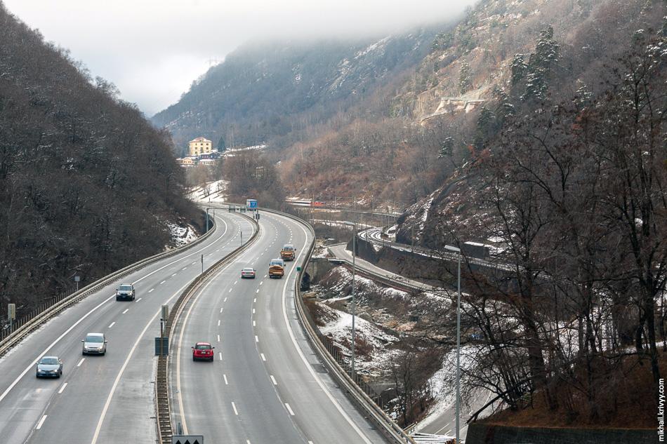 7. Ущелье после спиральных тоннелей Трави и Пиано-Тондо. Здесь автомагистраль расположена на виадуке.