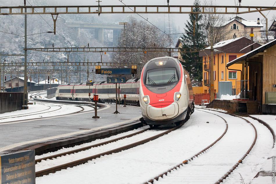 Электропоезд ETR 610 швейцарских железных дорог выполняет рейс Цюрих - Милан. Станция Файдо, Сен-Готардская железная дорога, Швейцария.