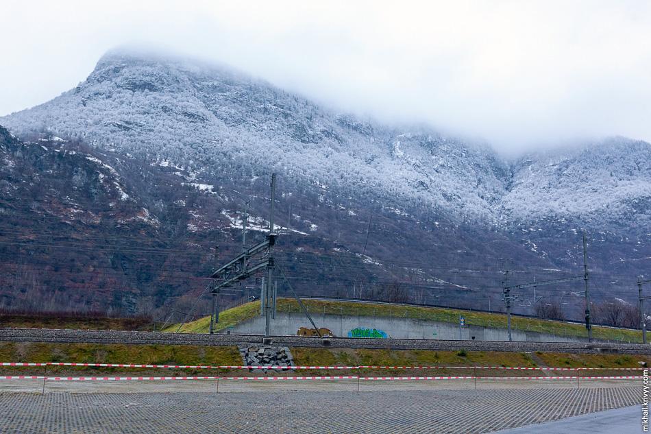 Новый высокоскоростной участок Сен-Готардской железной дороги. С 1 октября 2015 года началось тестовое движение по туннелю, которое продлится до 31 мая 2016 года. Планируется, что за это время по туннелю пройдёт 5000 поездов со скоростью до 275 км/ч.