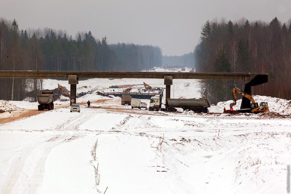 С путепровода да с таким фокусным расстоянием виден даже какой-то рельеф. В низине река Вишера и будущий мост через нее.