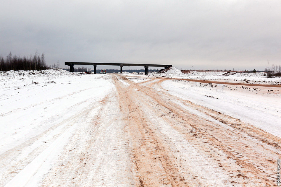 Каркас второго путепровода тоже уже давно готов. Сейчас ведутся работы по обустройству насыпей к нему. Всегда интересовало, почему у нас, преимущественно, делают высокие насыпи, а в Финляндии стараются по максимуму использовать железобетонную конструкцию?