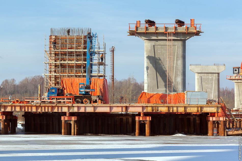 Строители вяжут армартуру на опоре №11. Правая часть опоры уже готова и на нее смонтированы направляющие ролики. По ним будет производиться надвижка пролетного строения с правого берега.