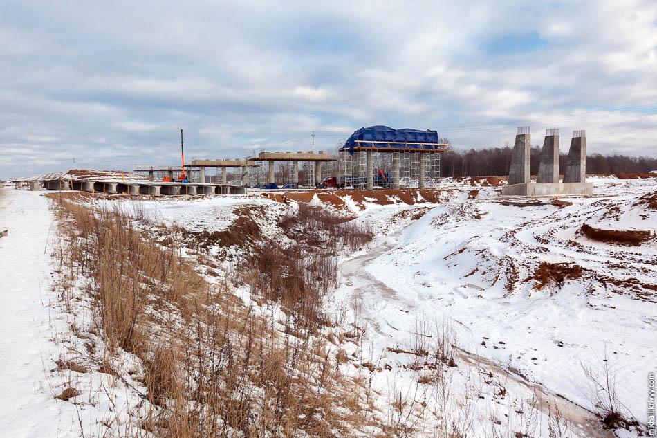 В 800 метрах от моста, на правом берегу, ведется строительство путепровода на пересечении с автодорогой Савино — Селище. Работы по обустройству насыпей путепровода практически закончены и сейчас ведется бетонирование опор.