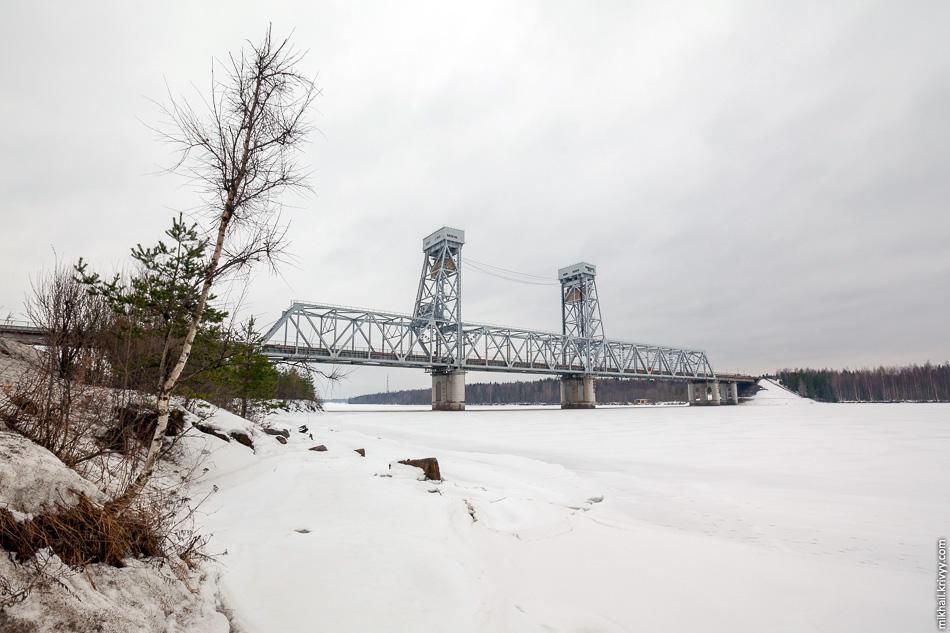 Р-21: Совмещенный железнодорожно-автомобильный мост через реку Свирь в Лодейном Поле. Центральный пролет поднимается для пропуска судов. Река Свирь соединяет Онежское и Ладожское озера и является частью Волго-Балтийской и Беломорско-Балтийской водных систем.