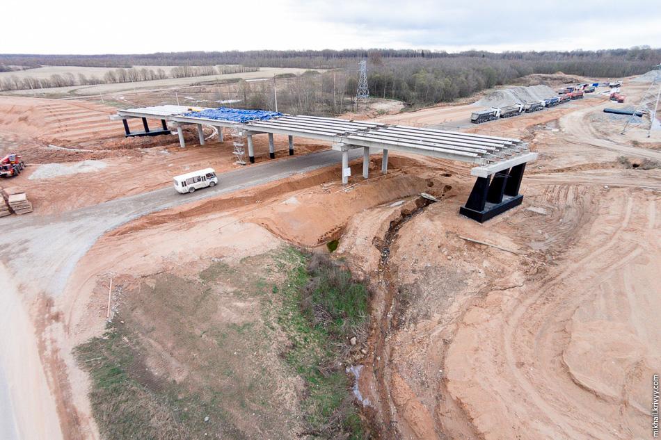 25. Следующее искусственное сооружение — путепровод на пересечении с автодорогой Савино — Селище. Здесь установлены пролетные строения и начаты работы по обустройству дорожной плиты.