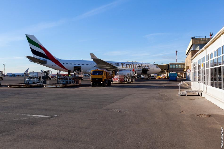 Airbus A330-243 авиакомпании Emirates у старого международного терминала в Пулково. Теперь это история.