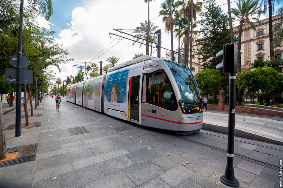 Последние две остановки, по проспекту Конституции, трамваи ходят со скоростью не более 20 км/ч. Это связано с тем, что проспект полностью пешеходный.