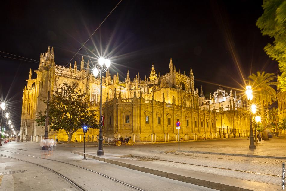 Остановка Archivo de Indias и Севильский Кафедральный Собор. Отсюда трамвай идет с опущенным пантографом.