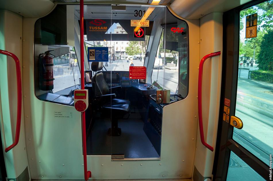Длина трамвая Urbos 3 32 метра, вместимость 275 человек.