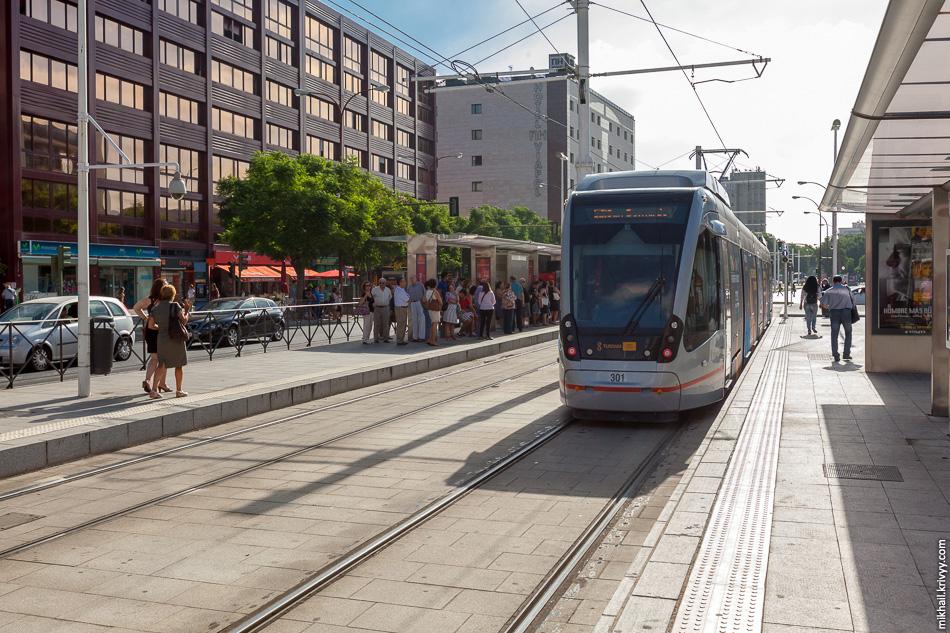 Остановка San Bernardo. Интересно, что такие же трамваи Urbos 3 используются в Севилье в качестве поездов метро. Там их скорость достигает 70 км/ч.