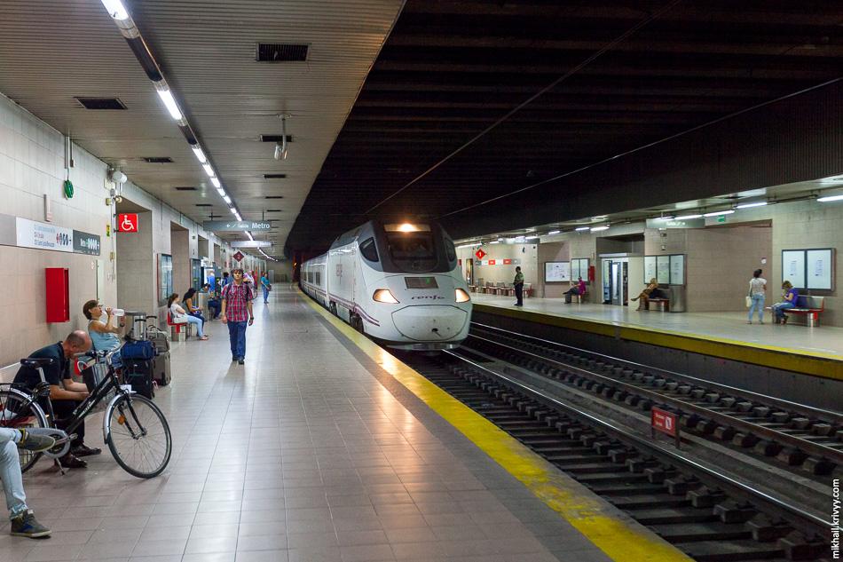 Станция Севилья Сан-Бернардо. Справа от поезда охранник, который попросил больше не снимать.