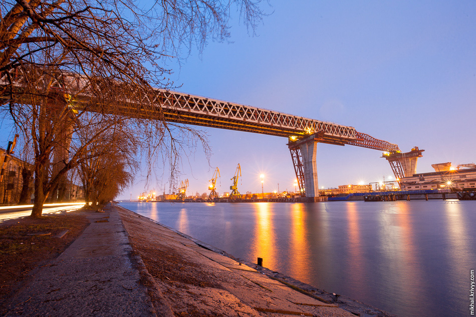 1. Мост через Морской канала. Длина моста – 734 метра.Длина центрального пролета – 200 метров.Подмостовой габарит по высоте – 52 метра (высота 16-этажного дома).