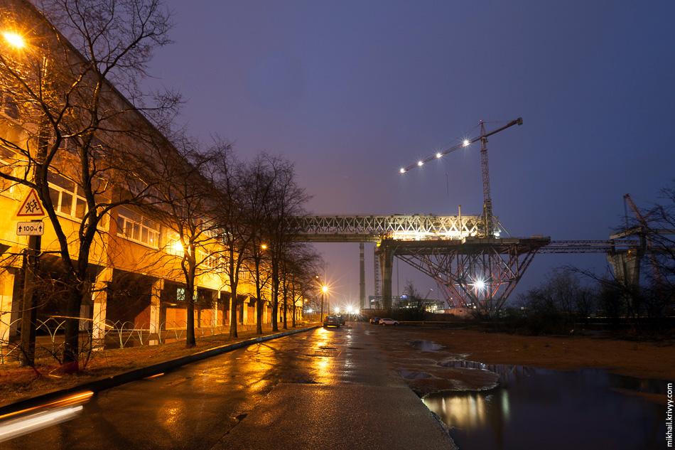 Школа №379. Мост настолько высокий, что визуально на жилой район практически не влияет.