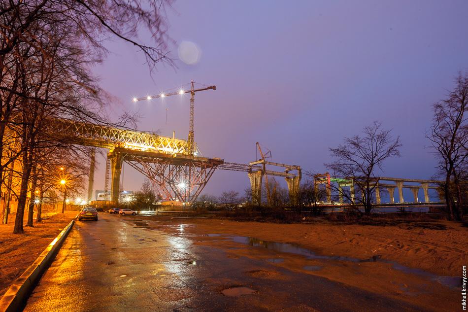 Сразу за Канонерским островом двухъярусная часть расходится на два параллельных моста, которые выходят к вантовому мосту через Корабельный фарватер (устье Большой Невы).