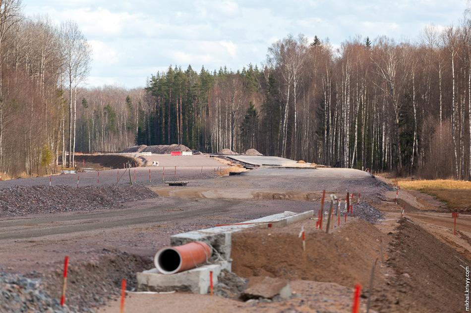 37. Двигаемся дальше. В нижней части дороги обустраиваются сооружения для отвода воды. Уровень проезжей части будет совпадать с ними.
