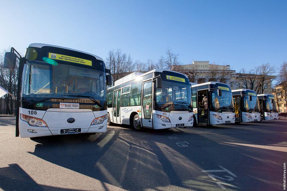 Презентация автобусов на главной площади Великого Новгорода.