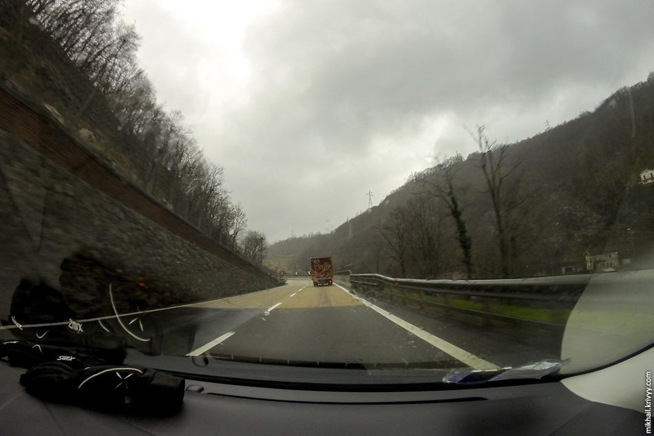 Горный участок автомагистрали A7 Милан - Генуя. В кривых нанесено специальное покрытие улучшающее сцепление с дорогой.