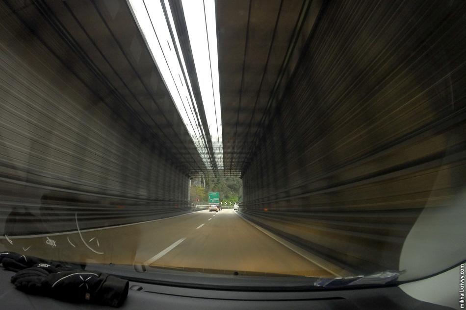 В самой Генуе шумозащитные экраны закрывают автомагистраль целиком. Нормальная практика в горных районах.