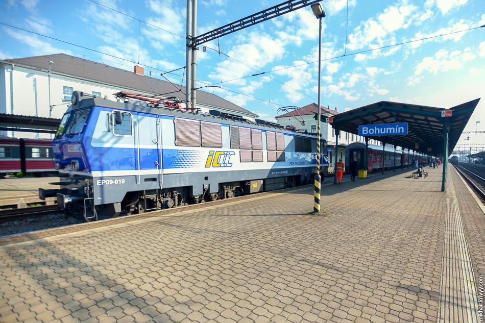 Станция Богумин (Bohumín). Польский электровоз EP09-019 сейчас отцепят.
