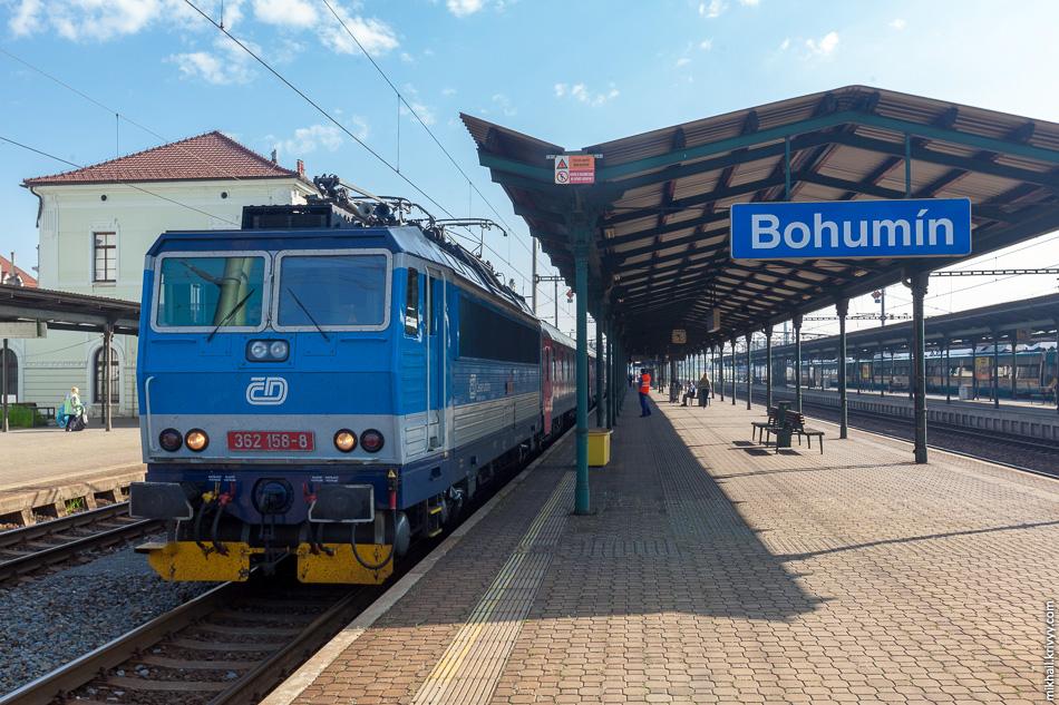 Прицепили чешский 362 158. Станция Богумин (Bohumín). На обратном пути по Чехии поезд вела машинист девушка. Причем ни как у нас, а в одно лицо.