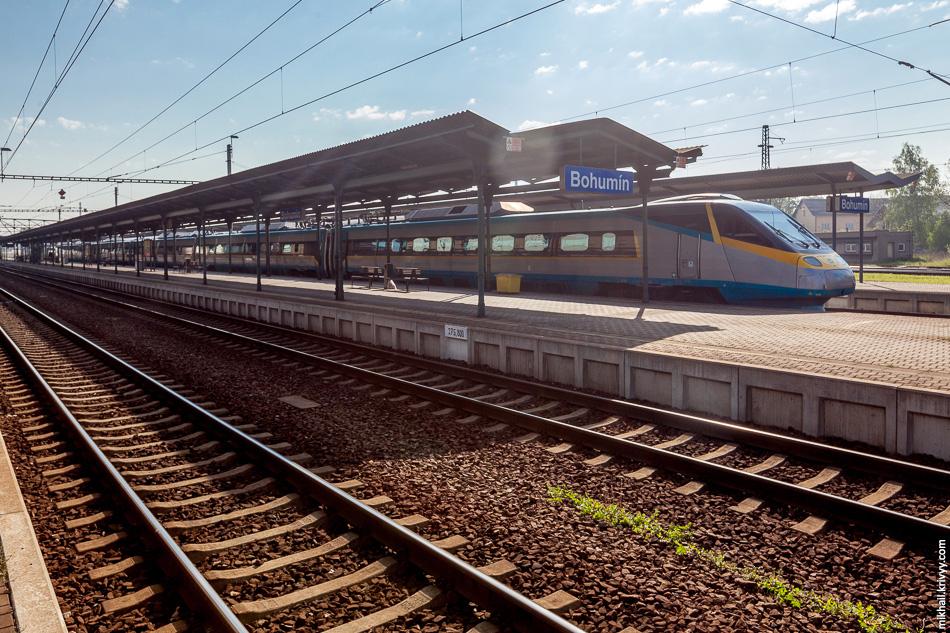 На соседнем пути стоит ČD Class 680 выпущенный компанией Alstom на базе ETR470. Они ходят через всю страну, между Остравой и Прагой.