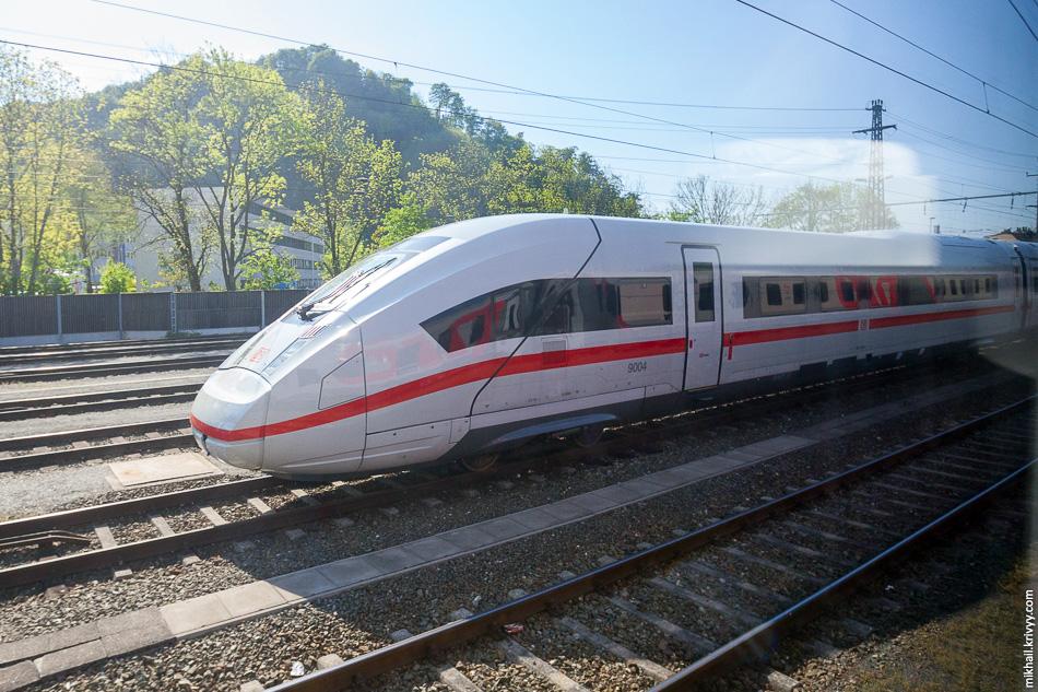Зальцбург мы обошли стороной. Там на одной из транзитных станций нам встретился ICE 4 9004. Это новое поколение высокоскоростных междугородних поездов заказанных компанией Deutsche Bahn, которые хотят запустить в регулярную эксплуатацию в 2017 году. Он стоял весь завернутый в пленку.