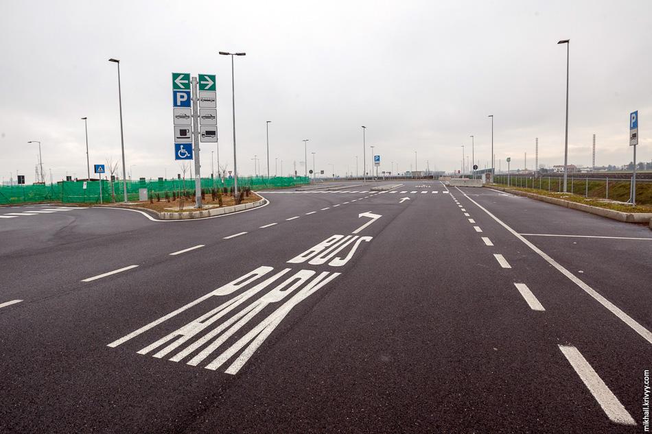Дело в том, что строительство дорог жестко регламентировано большим количеством стандартов, а вот в местах отдыха свободы больше.
