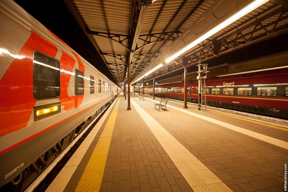 """Тут можно сфотографировать наш поезд на фоне одного из самых современных высокоскоростных поездов мира - Alstom AGV. В Италии они работающего под коммерческим названием """".Italo""""."""