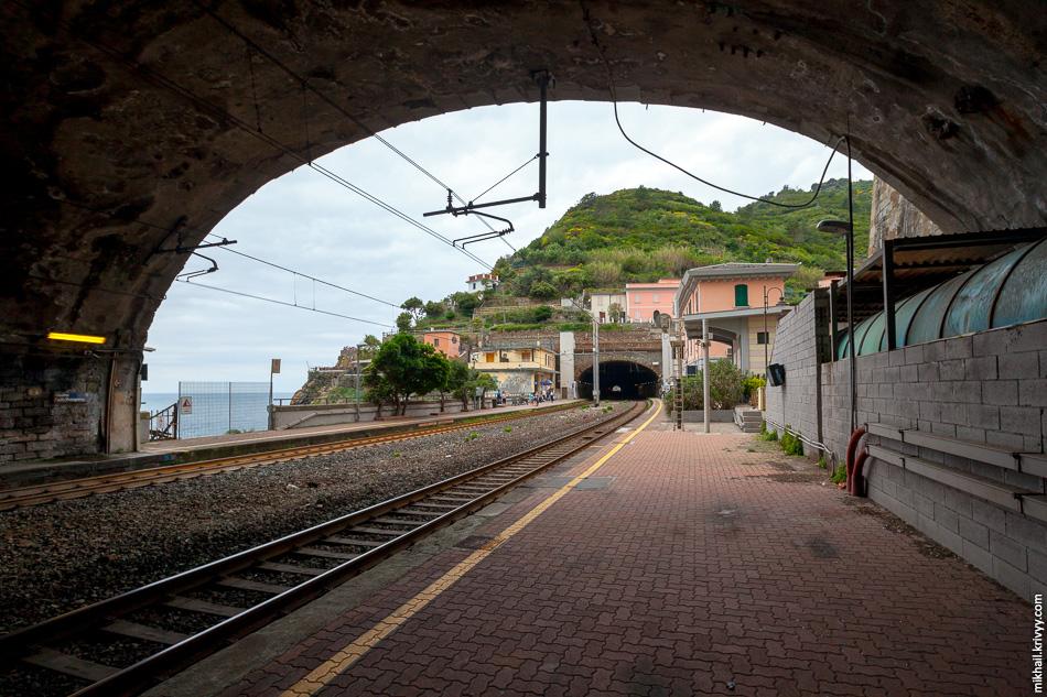 Мы решили идти с юга на север и прибыли на станцию Риомаджоре (Riomaggiore). Станции в четырех из пяти городов выглядят примерно так.