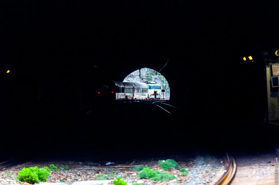 Вид в тоннель со станции Риомаджоре (Riomaggiore). Видно следующую станцию - Манарола (Manarola).