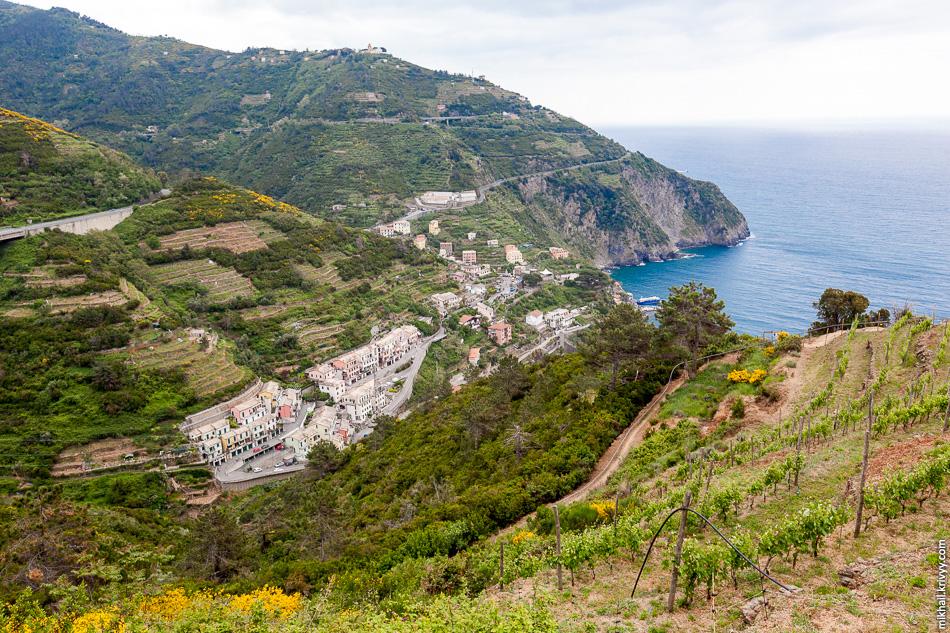 Пешеходная тропа идет через огороды и виноградники. Перепад высот тут около 300 метров.