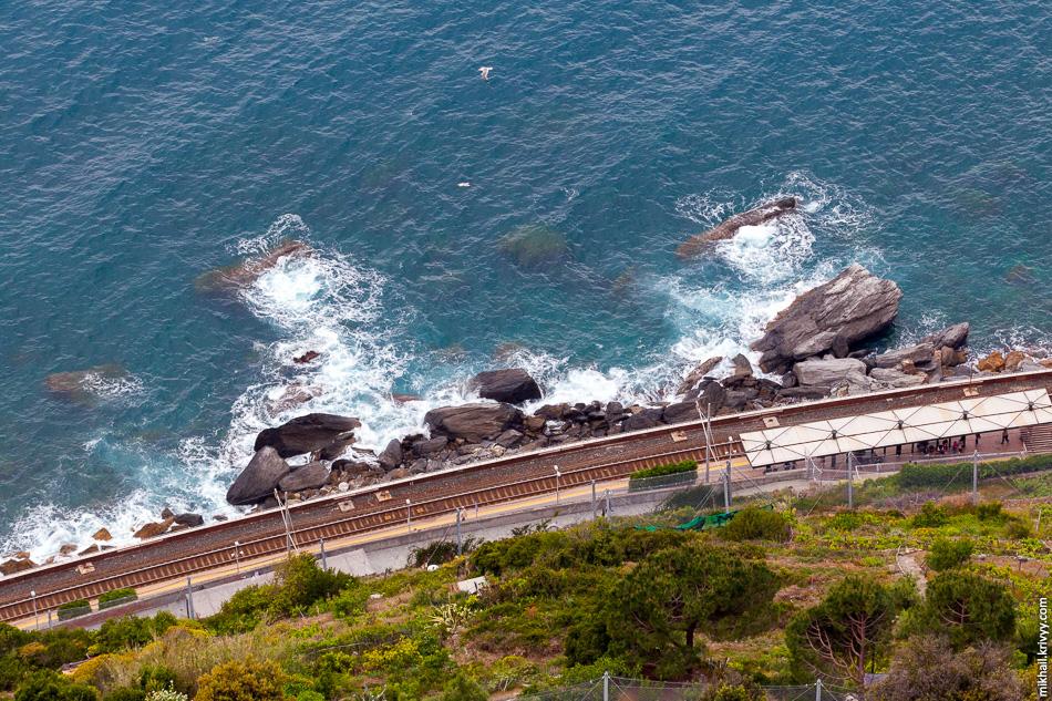 Вид вниз со скалы. Там станция Манарола (Manarola). Она также соединена с городом пешеходным тоннелем.