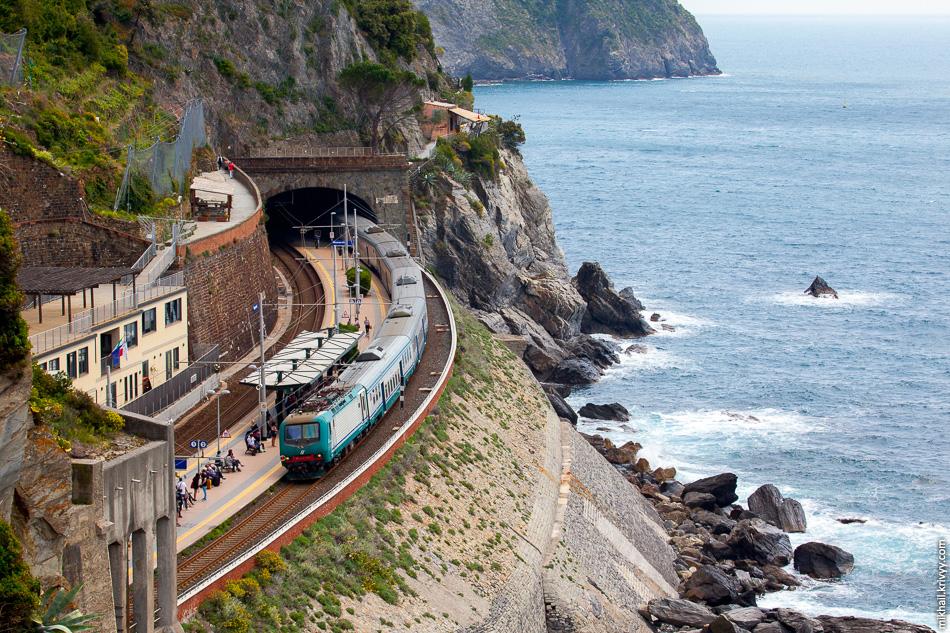 Станция Манарола находится немного в стороне от города.