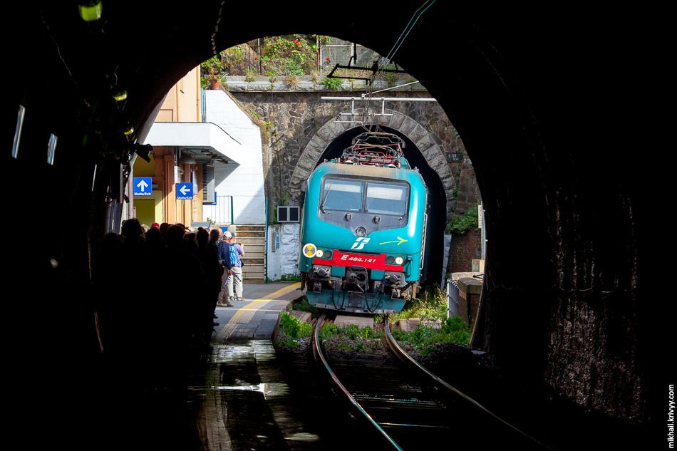 В Вернаце большая часть станции находится в тоннеле. Вне тоннеля помещается только два вагона.