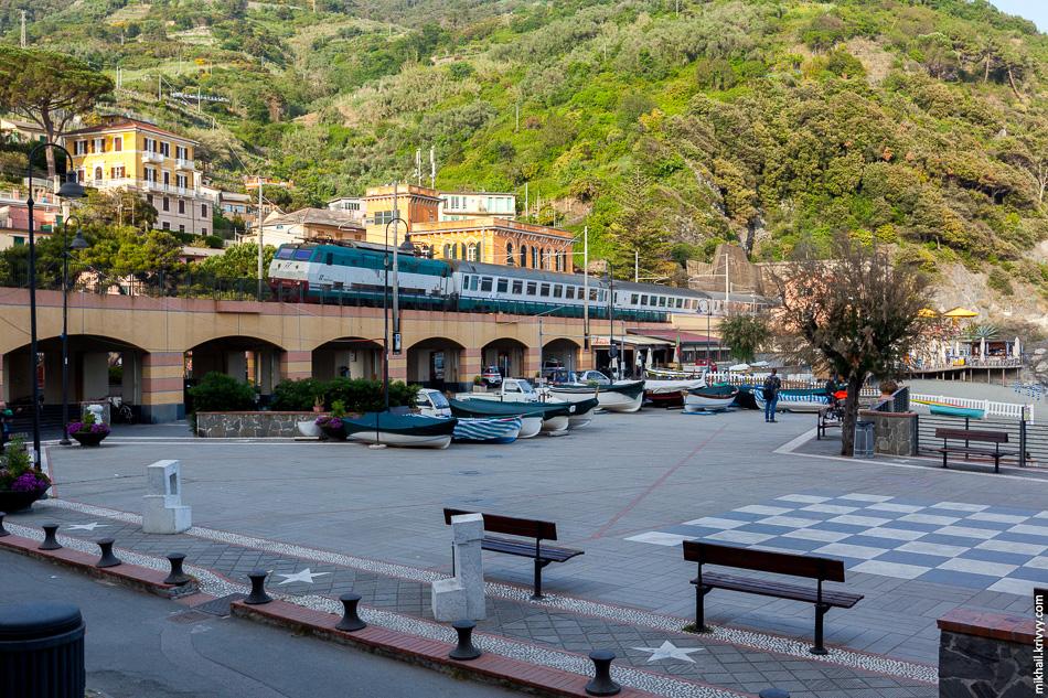 Еще 2 часа пешком по горам и мы Монтероссо-аль-Маре. Этот город уже живой. Тут пляжи и гостиницы.