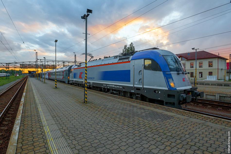 В Польше, на участке от Чехии до Варшавы-Восточной нас вел электровоз PKP 5 370 009 (Siemens Taurus III). Это был самый современный из всех электровозов попадавшихся нам в этой поездке.