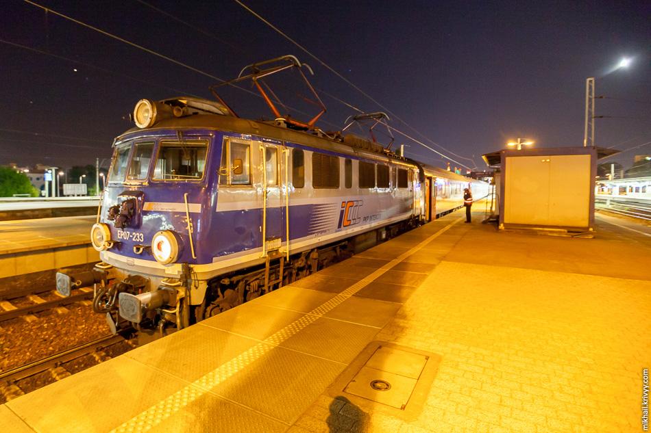 Смена электровоза на станции Варшава-Восточная (Warszawa Wschodnia).