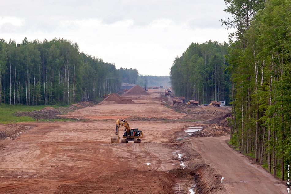 Вид в сторону Москвы. В том месте где должна начинаться насыпь путепровода над железной дорогой Чудово — Новгород у строителей разбит базовый лагерь.