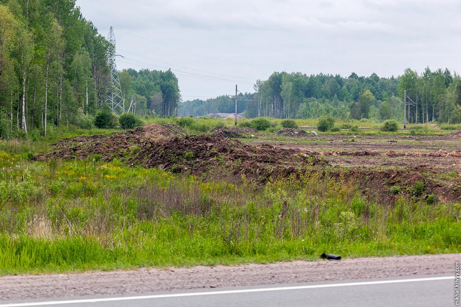 Вид с автодороги М10 «Россия» в сторону Санкт-Петербурга. Там виднеется гора щебня в базовом лагере строителей. Именно оттуда пришлось делать крюк в 30 км.