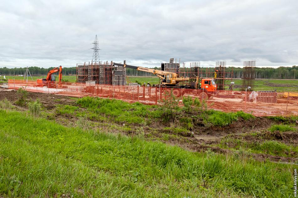 На седьмом этап единственное искусственное сооружение заметное глазу, это крайние опоры путепровода через М10 «Россия». Ведется обустройство армирующего каркаса и бетонирование.