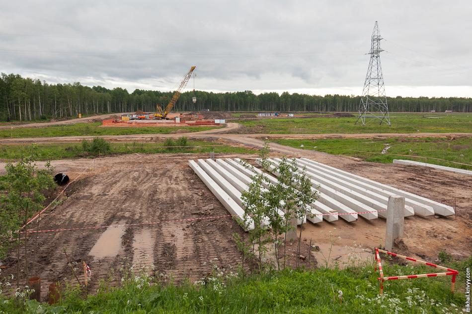 Чуть севернее ведутся работы по подготовке к строительству второго путепровода, на выходе с пункта взимания платежей.