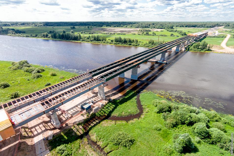 На мосту предусмотрены специальные коммуникационные мостики, на которых будут уложены кабели освещения и АСУДД (автоматизированная система управления дорожным движением).