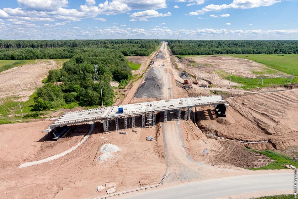 На правом берегу, в полукилометре от моста, ведутся работы по строительству путепровода на пересечении с автодорогой Савино — Селище.